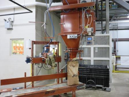 Bagging system with scale
